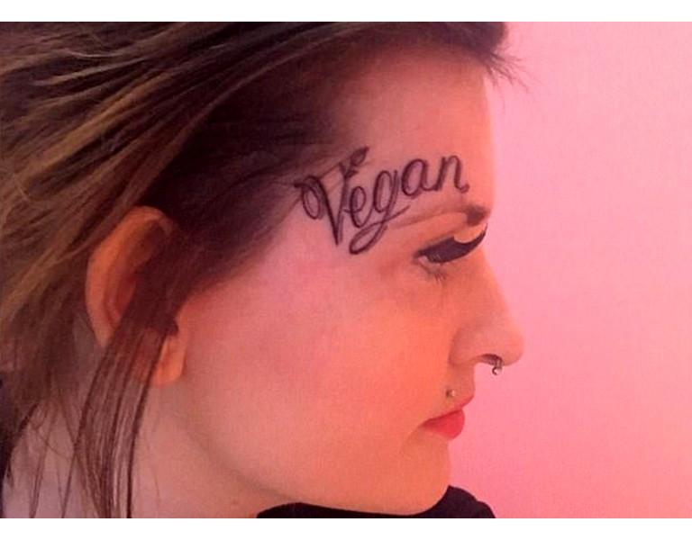 Vegan à vie, tatouée sur le visage, un choix intriguant mais courageux et déterminé !